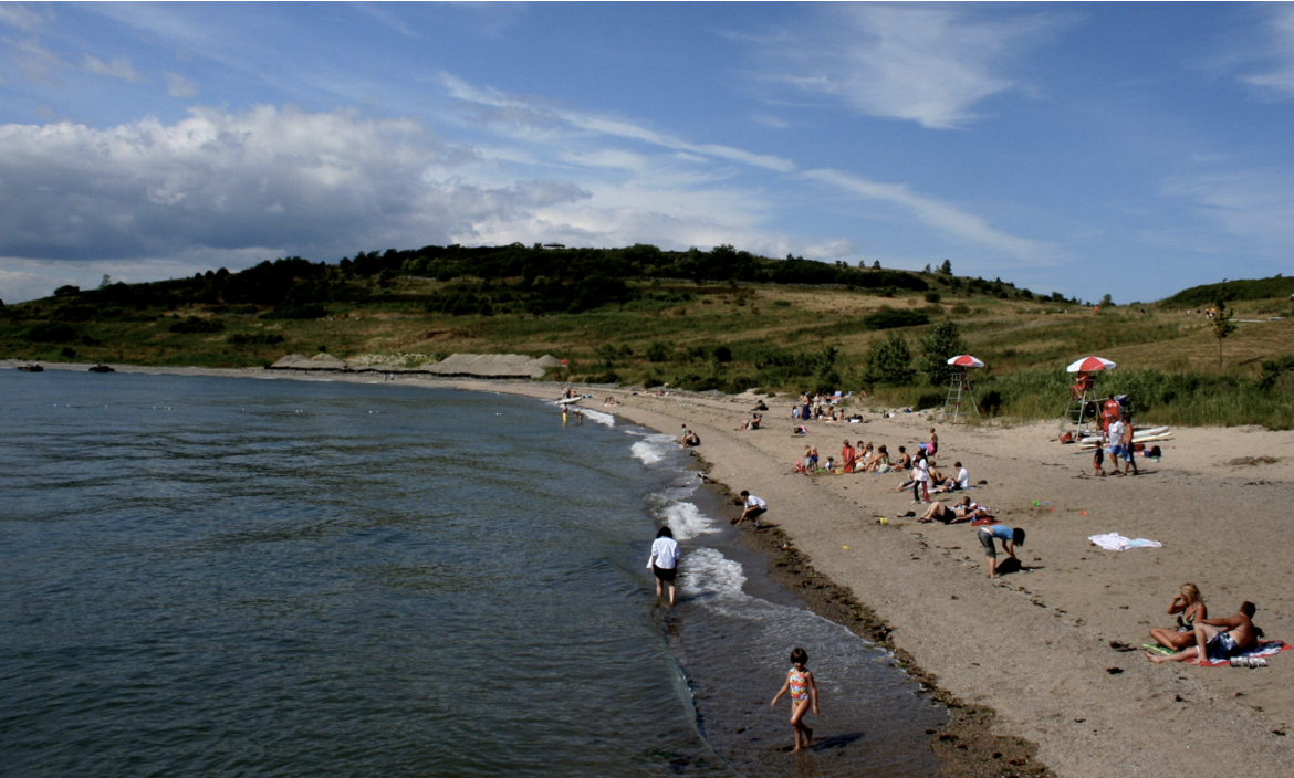 Wide angle photo of the shoreline and the ocean